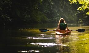 Mergina upėje